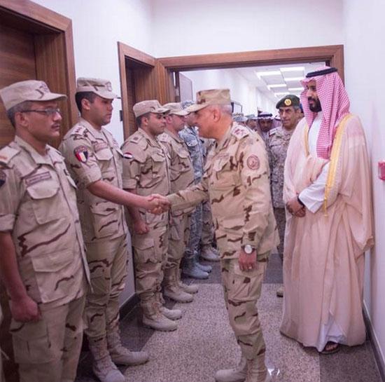 الفريق صدقى صبحى اثناء مصافحة المصريين في السعودية -اليوم السابع -4 -2015
