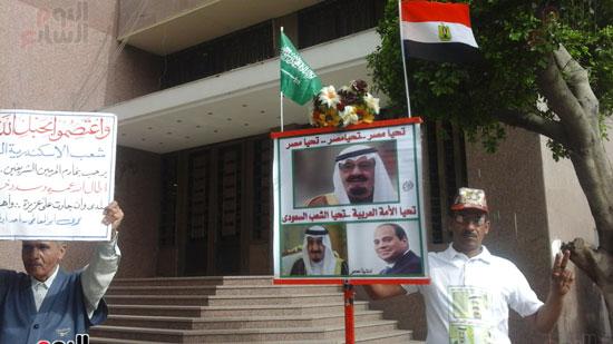 رفع صور الرئيس السيسى وخادم الحرمين الشريفين أمام مجلس النواب (1)