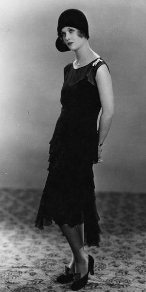 f2a1932f4a97d بالصور .. تطور الفستان الأسود على مر التاريخ عبر أجساد الجميلات ...