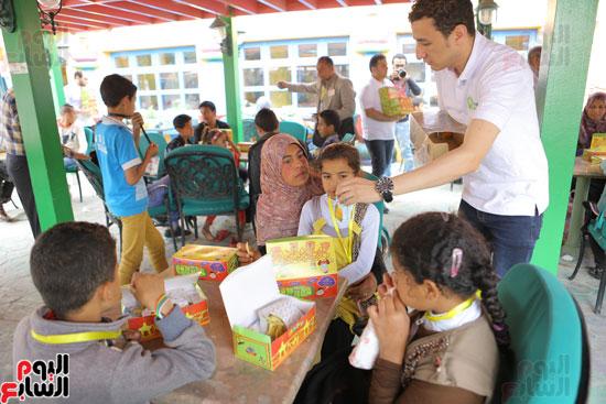 1-3حديد المصريينتستكمل احتفالات يوم اليتيم برحلة لـ100طفل من القليوبية (11)