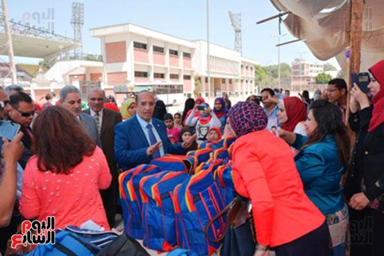 احمد جعيص رئيس جامعه اسيوط  معرض الطفل اليتيم (1)
