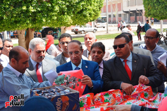 احمد جعيص رئيس جامعه اسيوط  معرض الطفل اليتيم (3)
