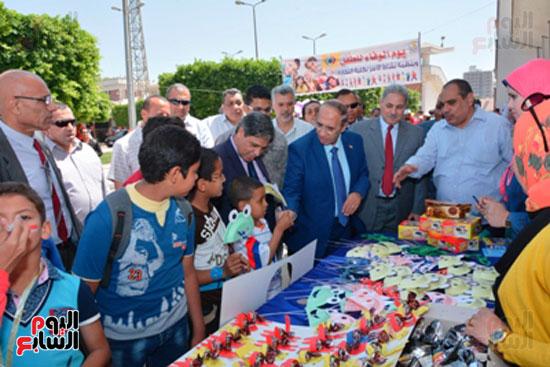 احمد جعيص رئيس جامعه اسيوط  معرض الطفل اليتيم (6)