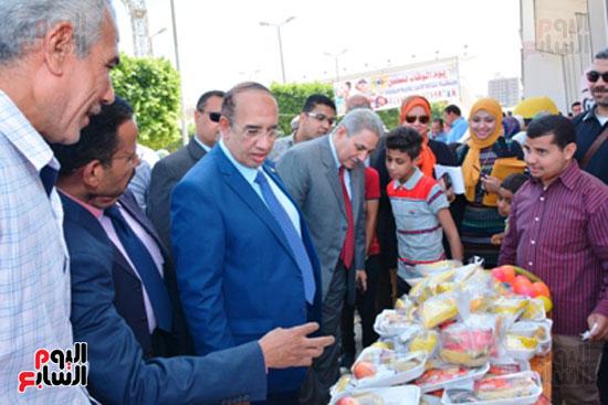 احمد جعيص رئيس جامعه اسيوط  معرض الطفل اليتيم (8)