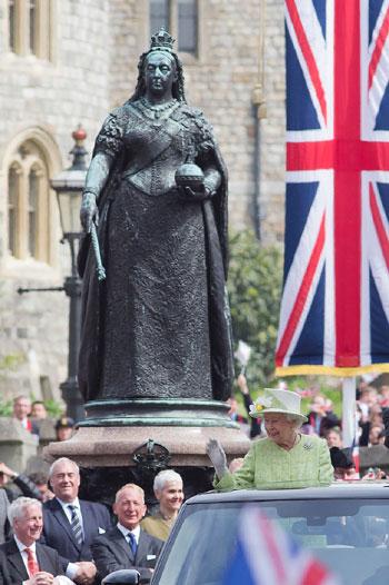 4201621153431احتفالات البريطانيون بعيد ميلاد الملكه اليزابيث (1).jpg