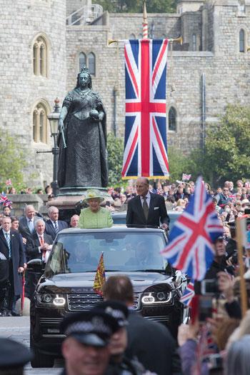 4201621153431احتفالات البريطانيون بعيد ميلاد الملكه اليزابيث (10).jpg