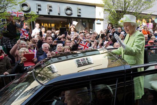 4201621153431احتفالات البريطانيون بعيد ميلاد الملكه اليزابيث (12).jpg