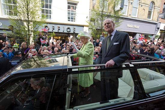 4201621153431احتفالات البريطانيون بعيد ميلاد الملكه اليزابيث (15).jpg