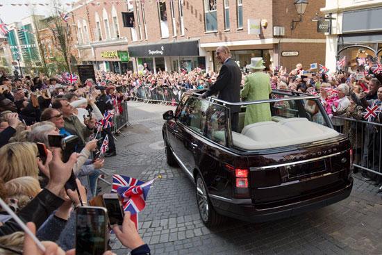 4201621153431احتفالات البريطانيون بعيد ميلاد الملكه اليزابيث (17).jpg