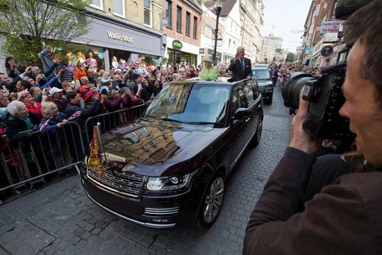 4201621153431احتفالات البريطانيون بعيد ميلاد الملكه اليزابيث (19).jpg