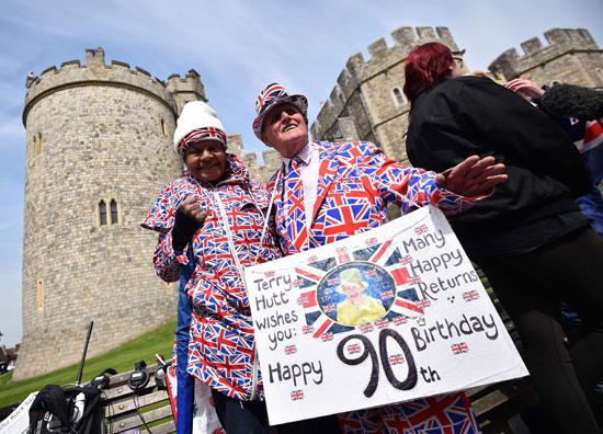 4201621153431احتفالات البريطانيون بعيد ميلاد الملكه اليزابيث (2).jpg