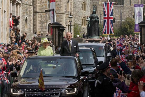 4201621153431احتفالات البريطانيون بعيد ميلاد الملكه اليزابيث (20).jpg