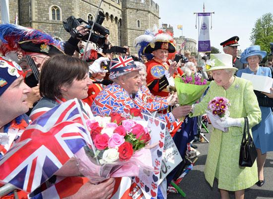 4201621153431احتفالات البريطانيون بعيد ميلاد الملكه اليزابيث (21).jpg