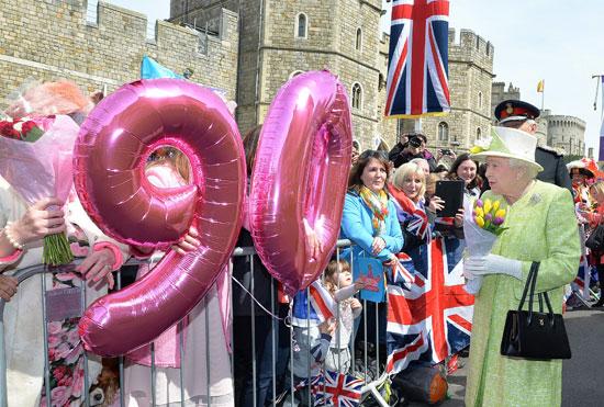 4201621153431احتفالات البريطانيون بعيد ميلاد الملكه اليزابيث (22).jpg