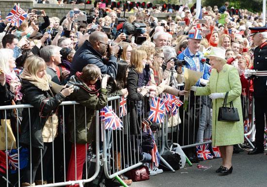 4201621153431احتفالات البريطانيون بعيد ميلاد الملكه اليزابيث (23).jpg