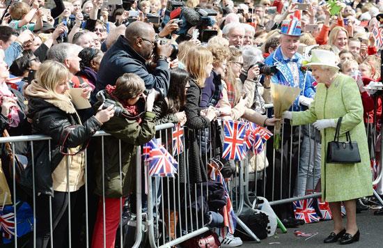 4201621153431احتفالات البريطانيون بعيد ميلاد الملكه اليزابيث (24).jpg