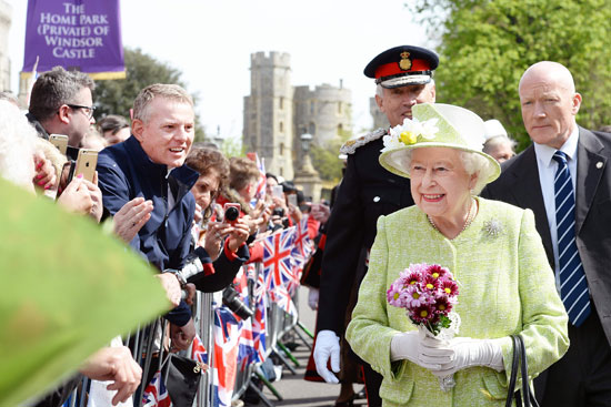 4201621153431احتفالات البريطانيون بعيد ميلاد الملكه اليزابيث (25).jpg