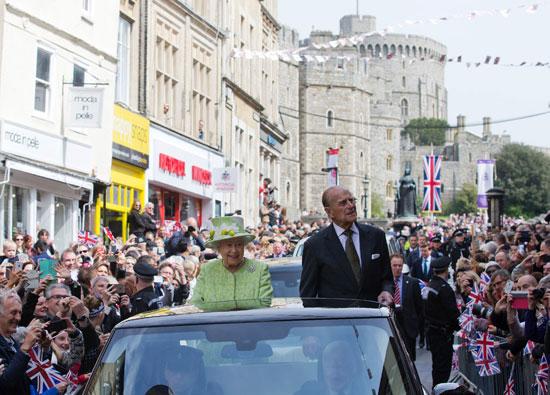 4201621153431احتفالات البريطانيون بعيد ميلاد الملكه اليزابيث (3).jpg