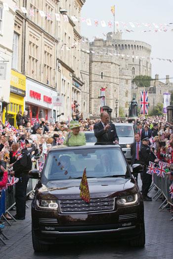 4201621153431احتفالات البريطانيون بعيد ميلاد الملكه اليزابيث (5).jpg