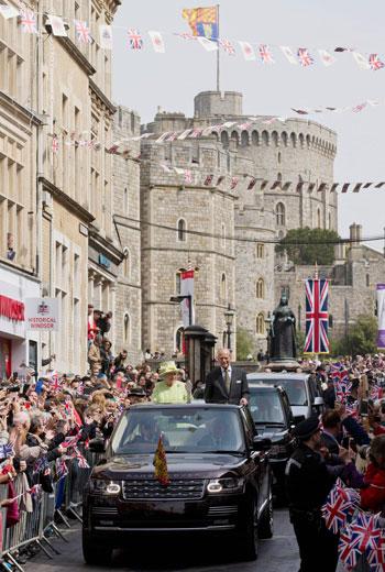 4201621153431احتفالات البريطانيون بعيد ميلاد الملكه اليزابيث (6).jpg