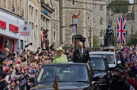 4201621153431احتفالات البريطانيون بعيد ميلاد الملكه اليزابيث (8).jpg