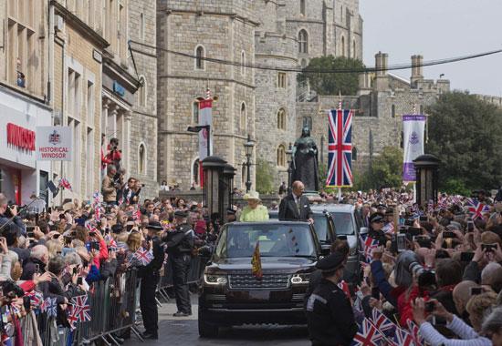 4201621153431احتفالات البريطانيون بعيد ميلاد الملكه اليزابيث (9).jpg