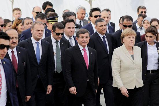 ميركل تزور اللاجئين بتركيا (5)