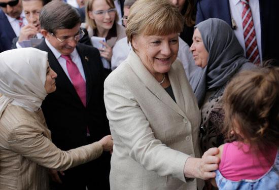 ميركل تزور اللاجئين بتركيا (6)