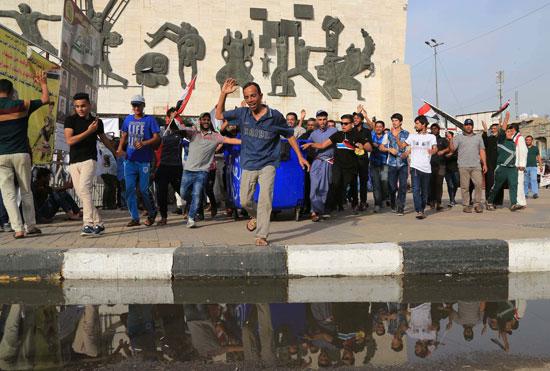 العراقيين يتظاهرون بساحة التحرير بقلب بغداد (1)