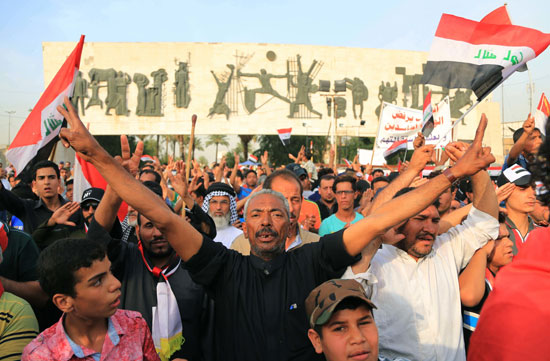 العراقيين يتظاهرون بساحة التحرير بقلب بغداد (3)