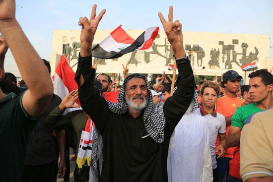 العراقيين يتظاهرون بساحة التحرير بقلب بغداد (7)