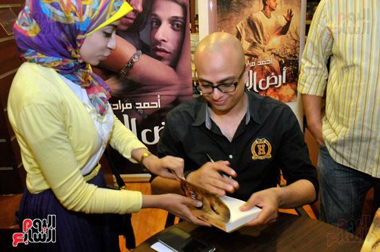 احمد مراد توقيع كتاب ارض الاله (4)