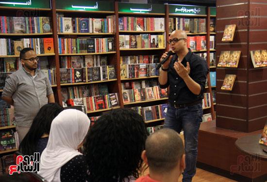 احمد مراد توقيع كتاب ارض الاله (5)
