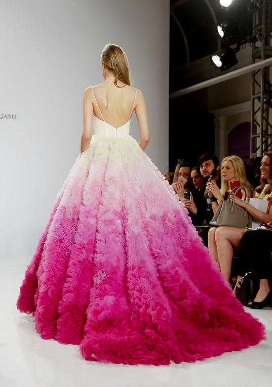1a32a8e8cc45d بالصور.. تعرفى على موضة فساتين الزفاف من عروض أزياء نيويورك - اليوم ...