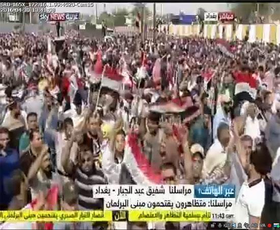 اقتحام انصار الصدر البرلمان العراقى (8)