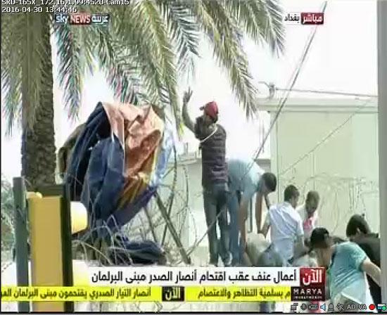اقتحام انصار الصدر البرلمان العراقى (9)