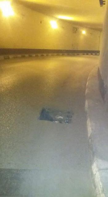 حفرة بنفق الزهراء فى أسيوط تهدد سلامة قائدى السيارات (3)