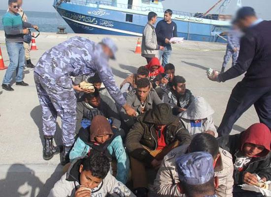 القوات البحرية تحبط محاولة هجرة غير شرعية لـ(15) مصريا شمال رشيد