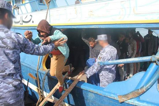 القوات البحرية تحبط محاولة هجرة غير شرعية لـ(17) مصريا شمال رشيد