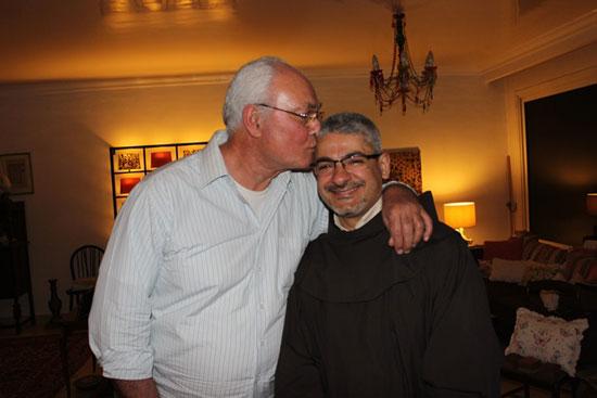 الأب بطرس دانيال أثناء زيارته يوسف فوزى  (3)
