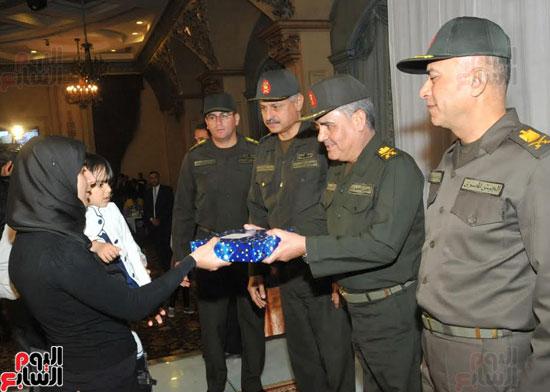 القوات المسلحة تنظم احتفالية فنية لأسر الشهداء وأبنائهم فى إطار احتفالات يوم اليتيم (1)