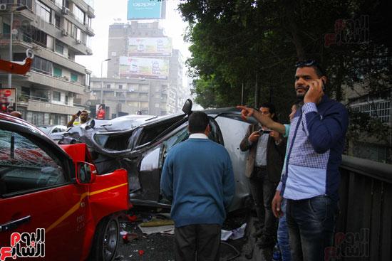 شلل مرورى أعلى كوبرى أكتوبر بعد تصادم سيارتين وانقلاب إحداهما (6)