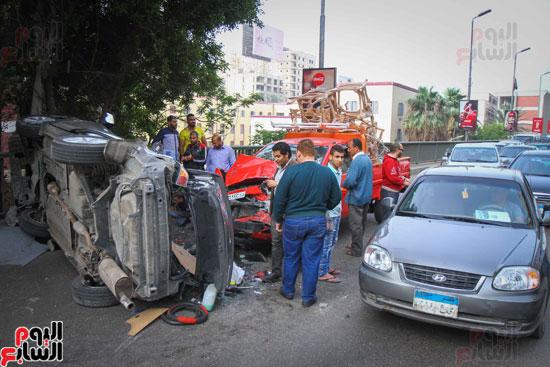 شلل مرورى أعلى كوبرى أكتوبر بعد تصادم سيارتين وانقلاب إحداهما (16)