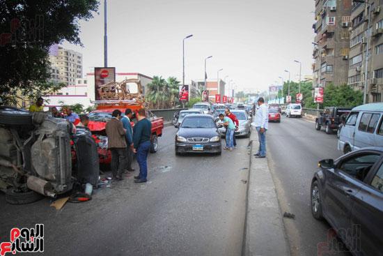 شلل مرورى أعلى كوبرى أكتوبر بعد تصادم سيارتين وانقلاب إحداهما (17)
