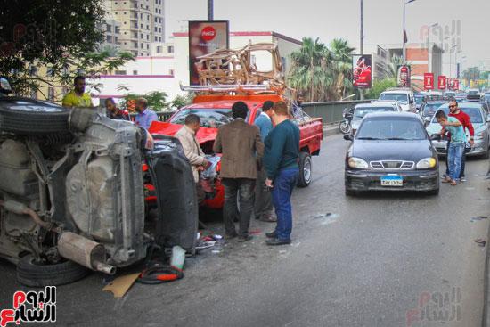 شلل مرورى أعلى كوبرى أكتوبر بعد تصادم سيارتين وانقلاب إحداهما (18)