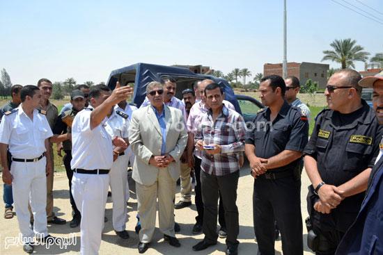 المحافظ ومساعد مدير الأمن أثناء الحملة -اليوم السابع -5 -2015