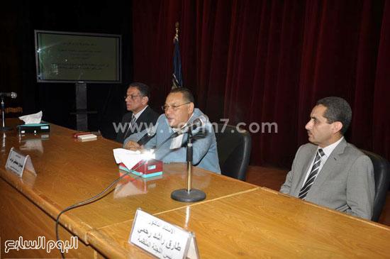1- الدكتور غراب رئيس الجامعة أثناء المؤتمر -اليوم السابع -5 -2015