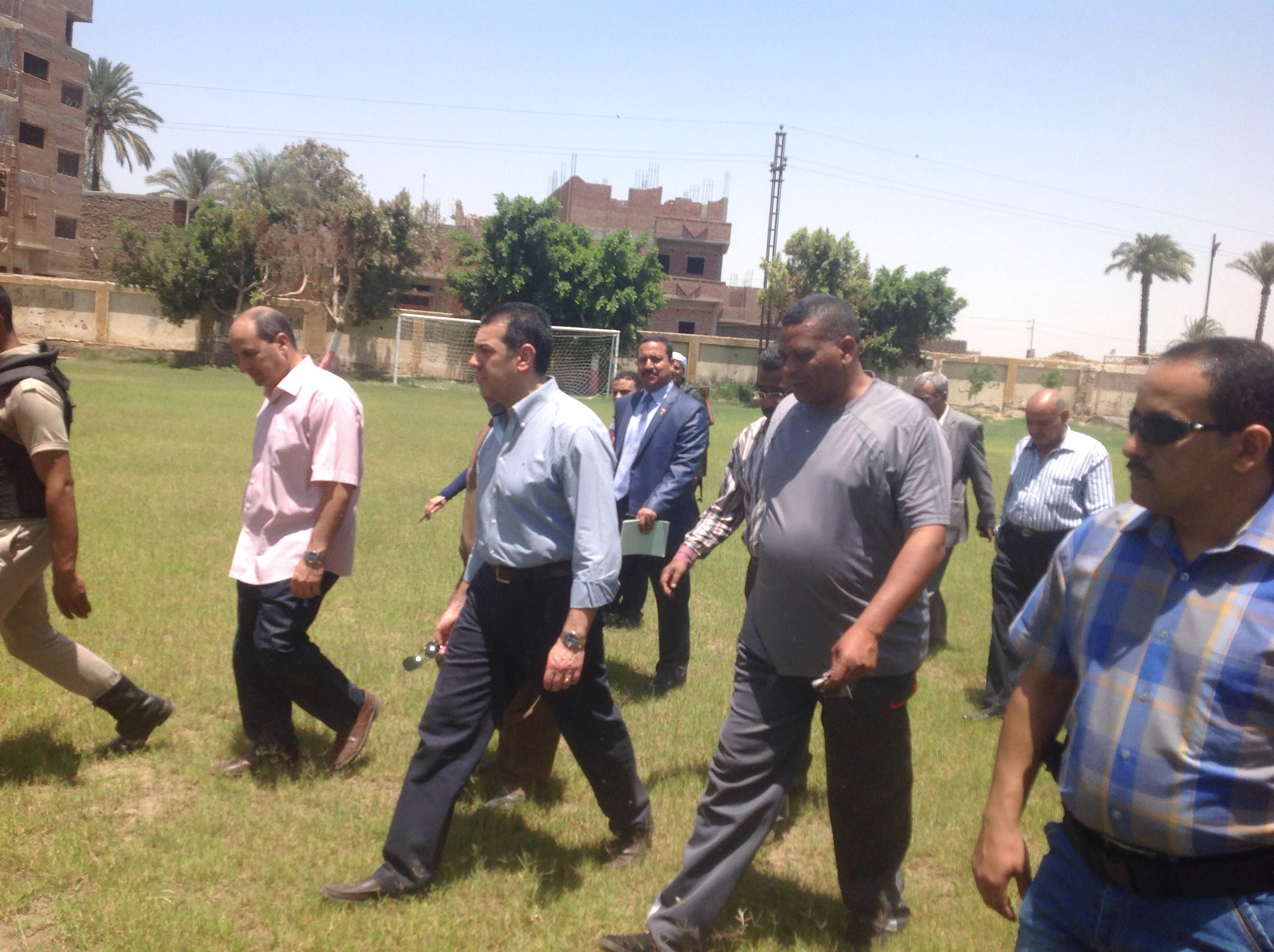 محافظ أسيوط يستمع لشكاوى المواطنين فى عرب العطيات -اليوم السابع -5 -2015