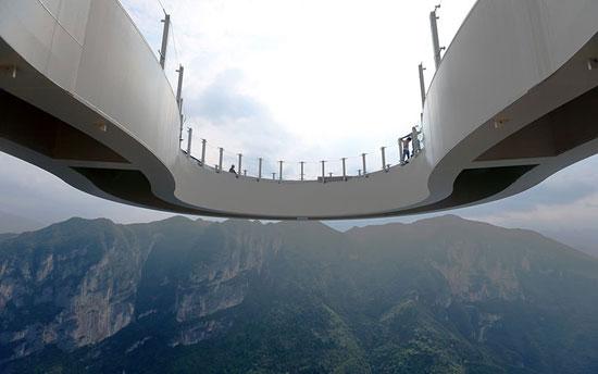 تكلف بناء الجسر 35 مليون يوان وهو على شكل حدوة حصان من الزجاج فى مقاطعة تشونجتشينج جنوب غرب الصين. -اليوم السابع -5 -2015