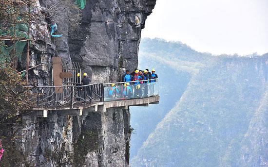 الجسر يمتد بالحديقة الوطنية للغابات بمقاطعة هونان فى الصين ويوفر السياح فرصة لرؤية واضحة للجبال. -اليوم السابع -5 -2015